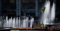 Бишкектеги Ала-Тоо аянтында ойногон балдар. Архивдик сүрөт