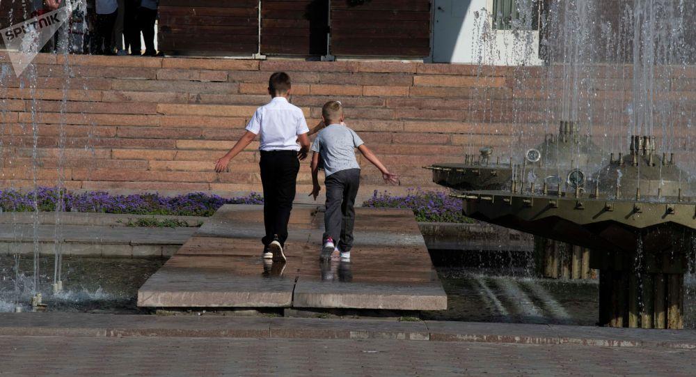 Дети играют у фонтана на площади Ала-Тоо в Бишкеке. Архивное фото