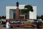Бишкек шаарындагы Ала-Тоо аянтында эс алып аткан жарандар. Архивдик сүрөт