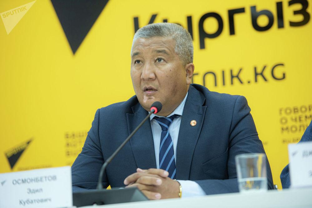 Политолог Эдил Осмонбетов во время видеомоста в мультимедийном пресс-центре Sputnik Кыргызстан