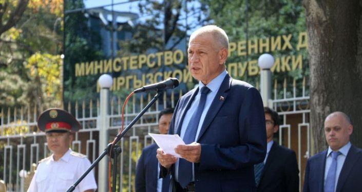 Министерство внутренних дел России передало кыргызским коллегам 17 новых автотранспортных средств. Всего передано 15 легковых автомобилей марки Chevrolet Cobalt и два микроавтобуса марки Газель NEXT Автобус.