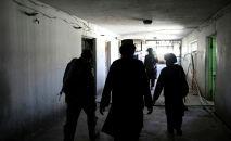 Боевики Талибана идут в тюрьму Пули-Чарки в Кабуле. Архивное фото