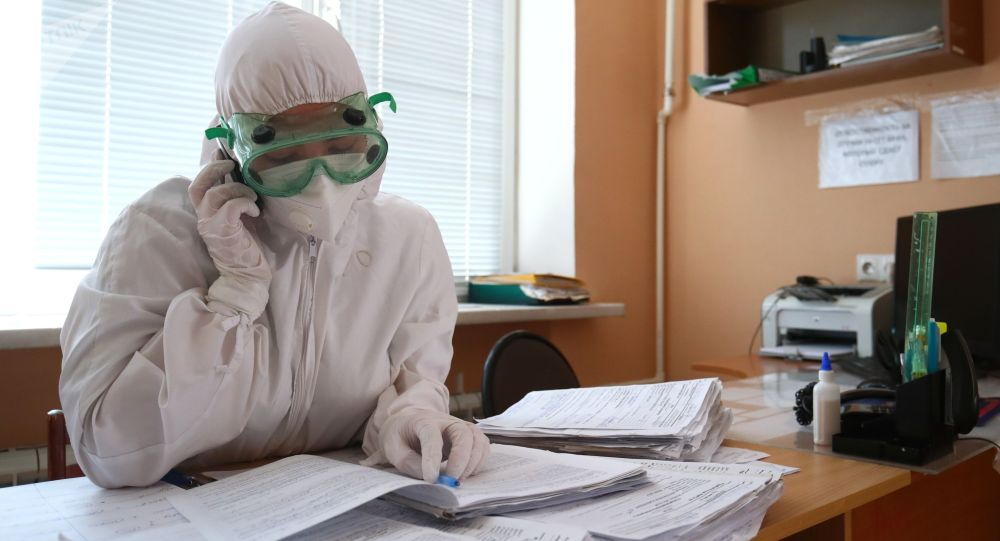 Медицинский работник на посту в больнице. Архивное фото