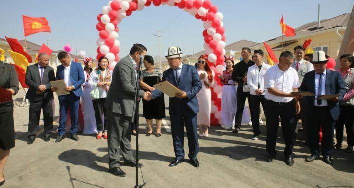 Церемония открытия городка Мадина, построенной для семей погибших в результате вооруженного конфликта на кыргызско-таджикской границе