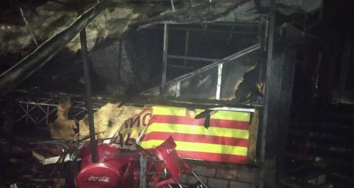 В центре Бишкека ночью сгорело кафе быстрого питания Картошка