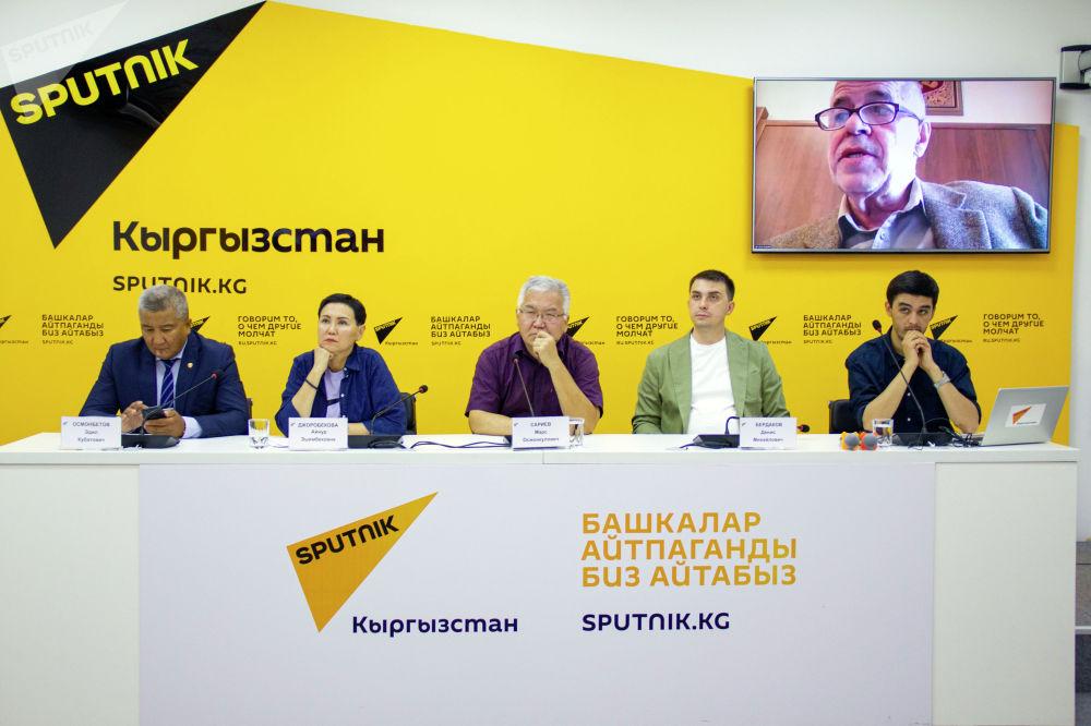 Участники видеомоста Влияние ситуации в Афганистане на безопасность в Центральной Азии в мультимедийном пресс-центре Sputnik Кыргызстан