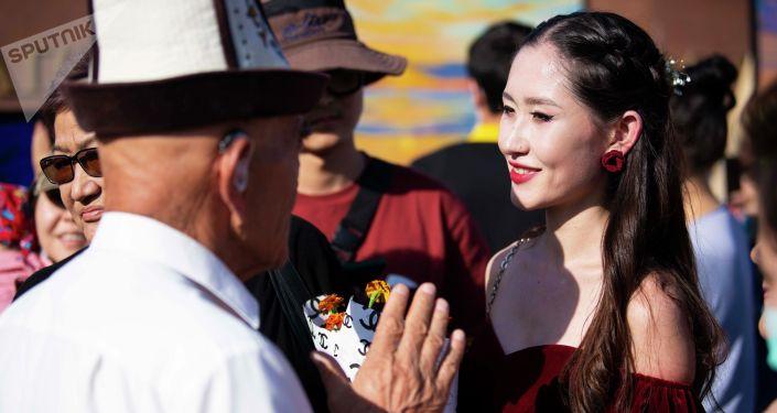 Дочь бывшего президента Алмазбека Атамбаева Алиа Шагиева на выставке Ветер перемен на площади Ала-Тоо в Бишкеке