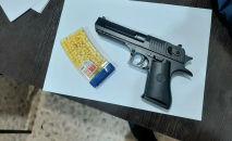Игрушечный пистолет обнаруженный у задержанного в Бишкеке по подозрению в разбойном нападении