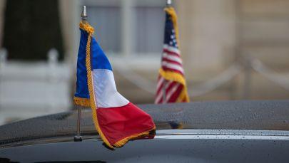 Флаги США и Франции на дипломатическом автомобиле. Архивное фото