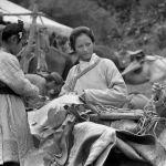 Чыңгыз хандын аялынын ролундагы Жулия Никсон, анын жанында Шайыргүл Касымалиева