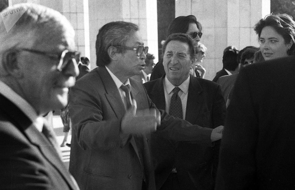 Италиялык киночуларды кучак жайып тосуп алган Төлөмүш Океев