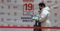 Москва шаарында шайлоо участогундагы аял