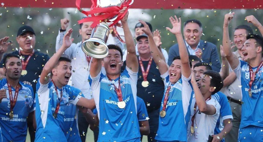 Кыргызстан кубогун жеңип алган Нефтчи футболдук клубунун оюнчулары