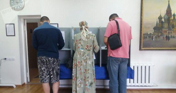 Голосование на выборах в Государственную Думу РФ на избирательном участке №8162 в Оше.