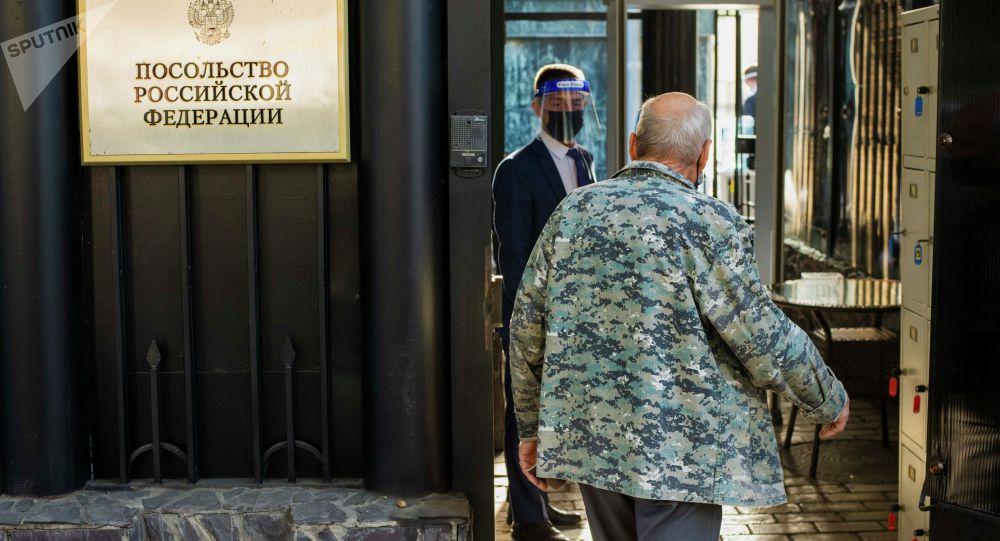 Мужчина заходит в избирательный участок No8159 в посольстве России в КР, чтобы проголосовать на выборах депутатов Государственной Думы РФ.