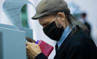 Мужчина голосует на выборах депутатов Государственной Думы РФ на избирательном участке №8159 в посольстве России в КР.