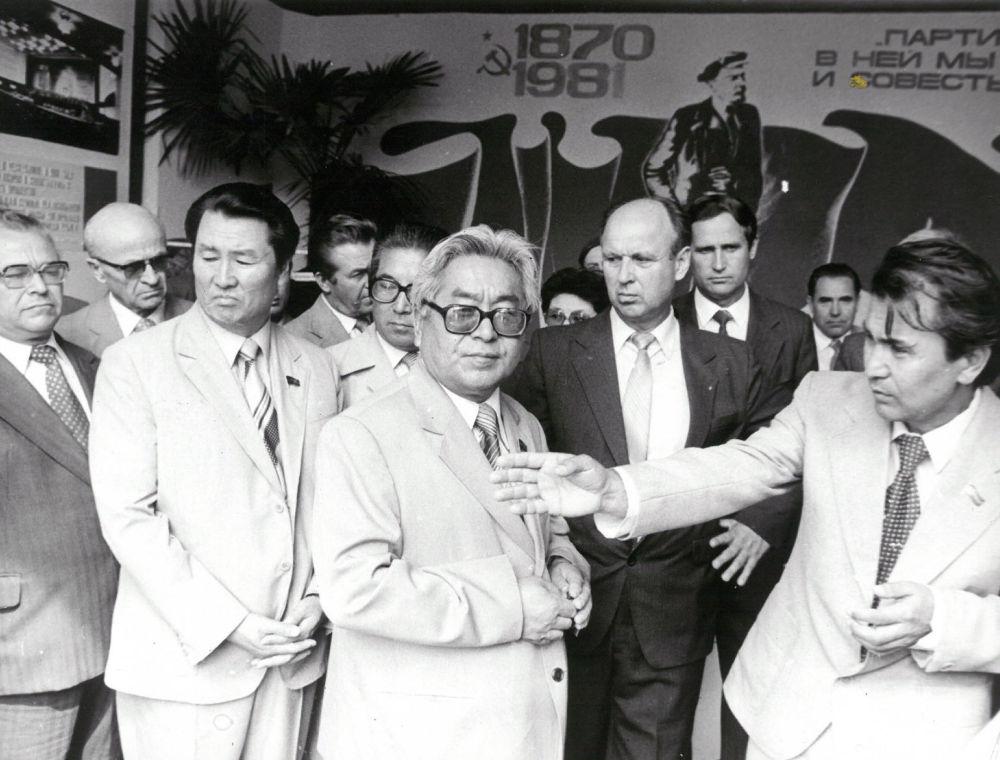 Турдакун Усубалиевге жарманкенин жүрүшү боюнча маалымат берип жаткан жаш  Жумагулов, 1984-жыл