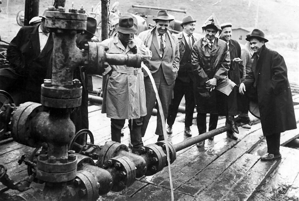 Москвадан билим алып келген Апас Жумагулов кендерде геолог, башкы геолог, башкы инженер болуп иштеген. Сүрөттөн оң жакта биринчи турат, 1961-жыл