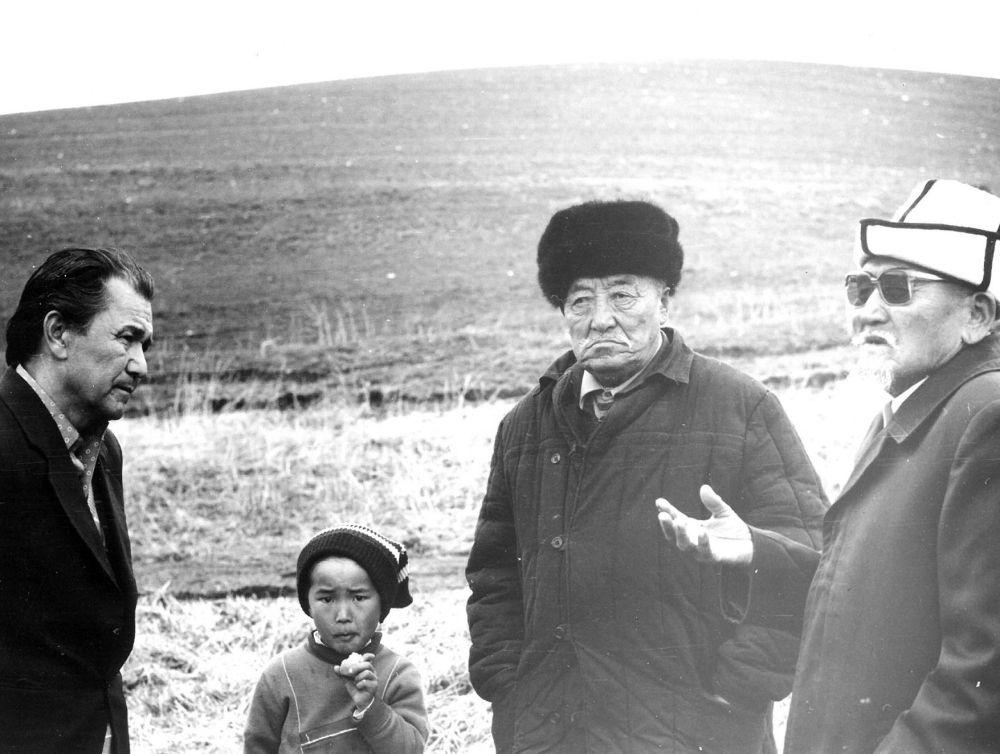 Карапайым эл менен жолуккан өкмөт башчы. Жумагулов 1986-91-жылдары Кыргыз ССРинин Министрлер Советинин төрагасы болгон