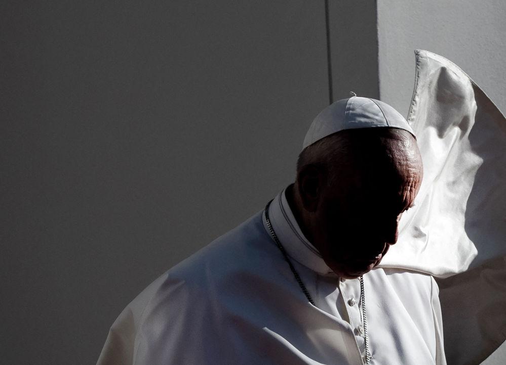 Папа Франциск находится с четырехдневным визитом в Словакии, где он встретился с пережившими Холокост и членами цыганской общины, президентский дворец в Братиславе. 13 сентября 2021 года