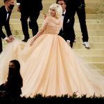 Певица Билли Айлиш  в платье Oscar de la Renta на Met Gala 2021 в Метрополитен-музее в Нью-Йорке (США). 13 сентября 2021 года