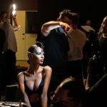 Модель позирует для фотографии за кулисами перед показом коллекцией люксовой одежды The Blonds, во время Недели моды в Нью-Йорке (США). 13 сентября 2021 года