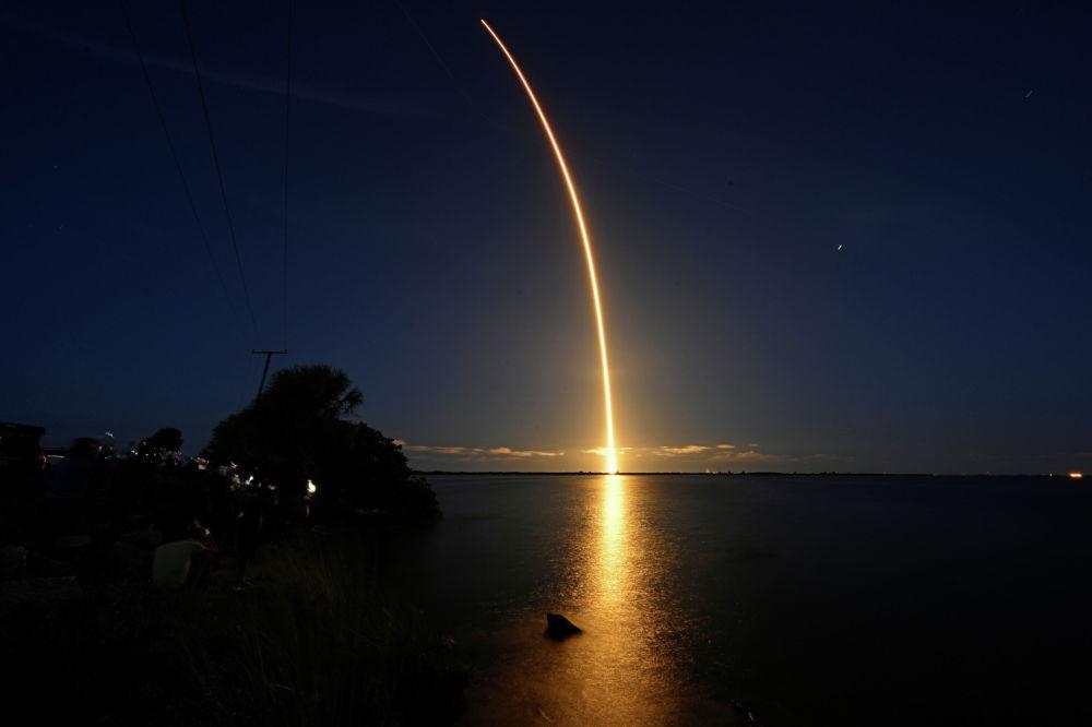 Гражданский экипаж Inspiration 4 на борту капсулы Crew Dragon и запуск ракеты SpaceX Falcon 9 с площадки 39A в Космическом центре Кеннеди на мысе Канаверал, Флорида. 15 сентября 2021 года