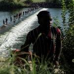 Мигранты, ищущие убежища в США, на реке Рио-Гранде возле Международного моста между Мексикой и США в Сьюдад Акунья (Мексика). 16 сентября 2021 года