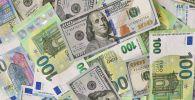 Денежные купюры долларов США и Евро. Архивное фото