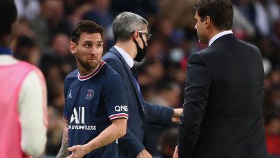 Нападающий ПСЖ Лионель Месси покидает поле, после беседы с главным тренером Маурисио Почеттино