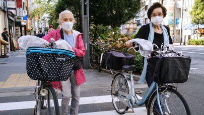 Токио көчөсүнүн биринде бараткан улгайган аялдар. Архивдик сүрөт