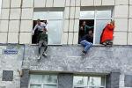 Студенттер Пермь университеттин терезелеринен секирип түшүп жатышат