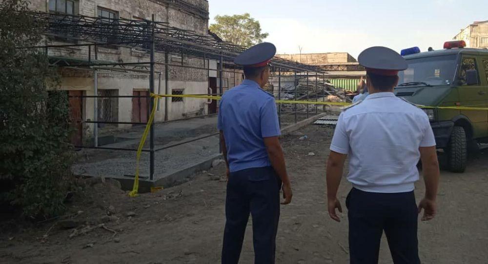 Сотрудники милиции во время поисков бомбы, на территории завода имени Фрунзе в Бишкеке