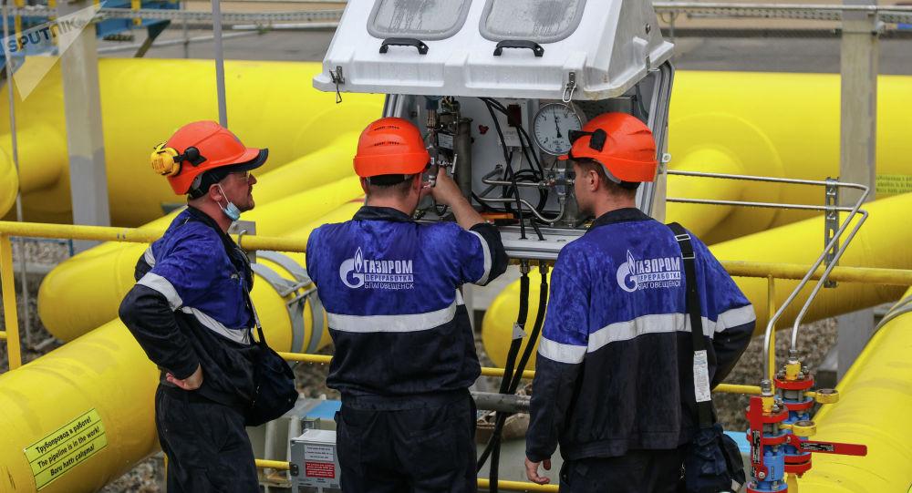Обслуживание дистанционного датчика давления сырьевого газа. Архивное фото