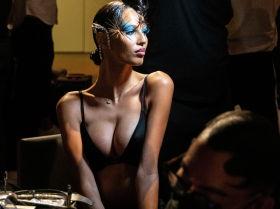 Модель перед показом коллекции The Blonds Spring/Summer 2022 на Неделе моды в Нью-Йорке