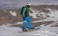 Мужчина катается на сноуборде на горнолыжной базе Каракол. Архивное фото