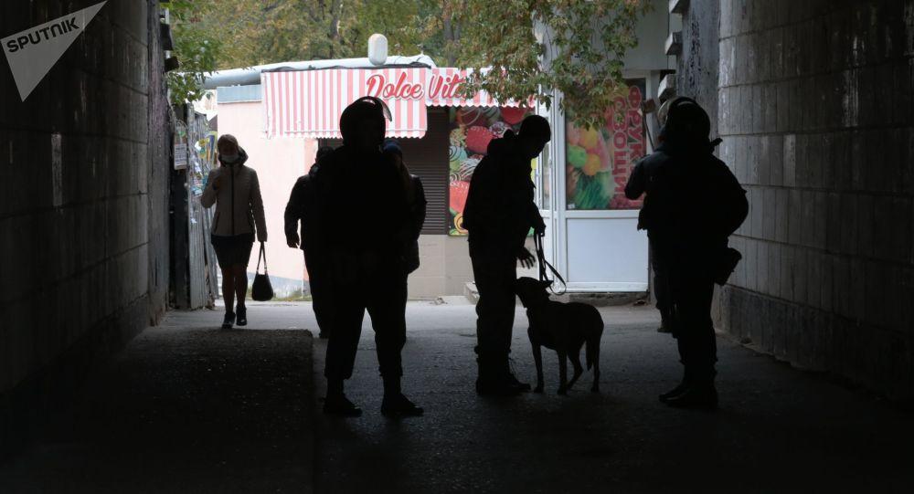 Сотрудники правоохранительных органов стоят в оцеплении неподалеку от Пермского государственного национального исследовательского университета, где вооруженный молодой человек открыл стрельбу.
