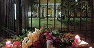Стихийный мемориал у проходной Пермского государственного национального исследовательского университета, организованный в память о погибших при стрельбе