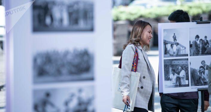 Фотовыставка в честь Народного артиста СССР Болота Шамшиева у кинотеатра Ала-Тоо, где проходит XIX международный кинофорум Умут