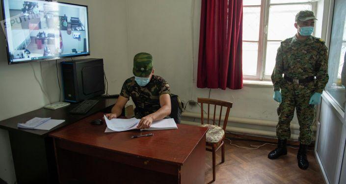Сотрудники Департамента охраны исправительных учреждений и конвоирования ГСИН на онлайн судебном заседании