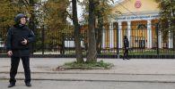 Сотрудники правоохранительных органов в оцеплении неподалеку от Пермского университета