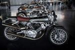 Дүкөндөгү мотоциклдар. Архив