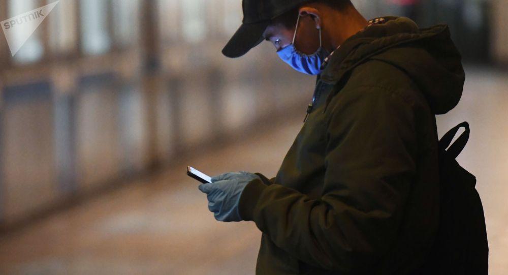 Москвадагы метродо киши смартфон менен. Архив