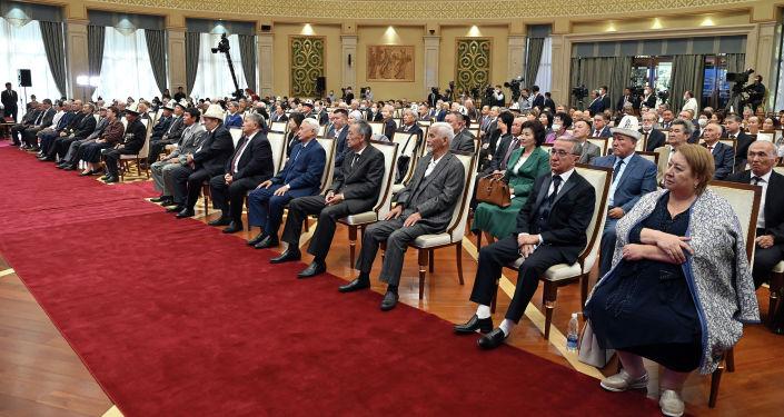 Участники торжественной церемонии вручения государственных наград отличившимся кыргызстанцам президентом КР. 22 сентября 2021 года
