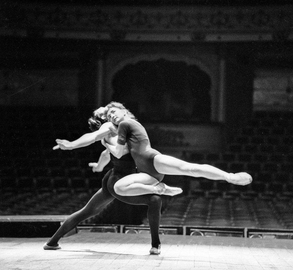 Айсулуу Токомбаева Кыргыз мамлекеттик опера жана балет театрында 1966-1995-жылдар аралыгында эмгектенген