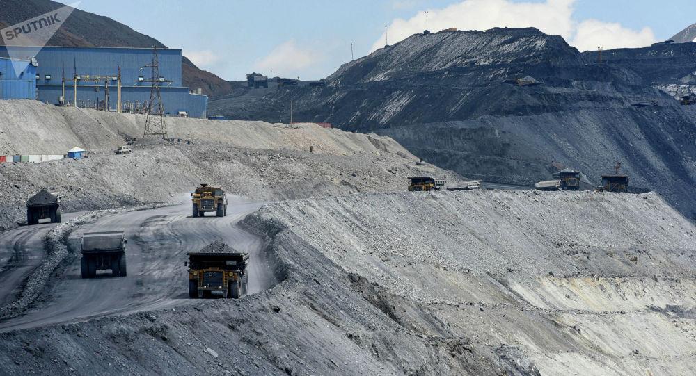 Груженная спецтехника на золотоносном руднике Кумтор. Архивное фото