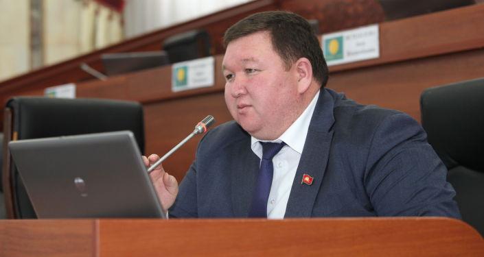 Депутат Жогорку Кенеша Мирлан Жээнчороев на заседании