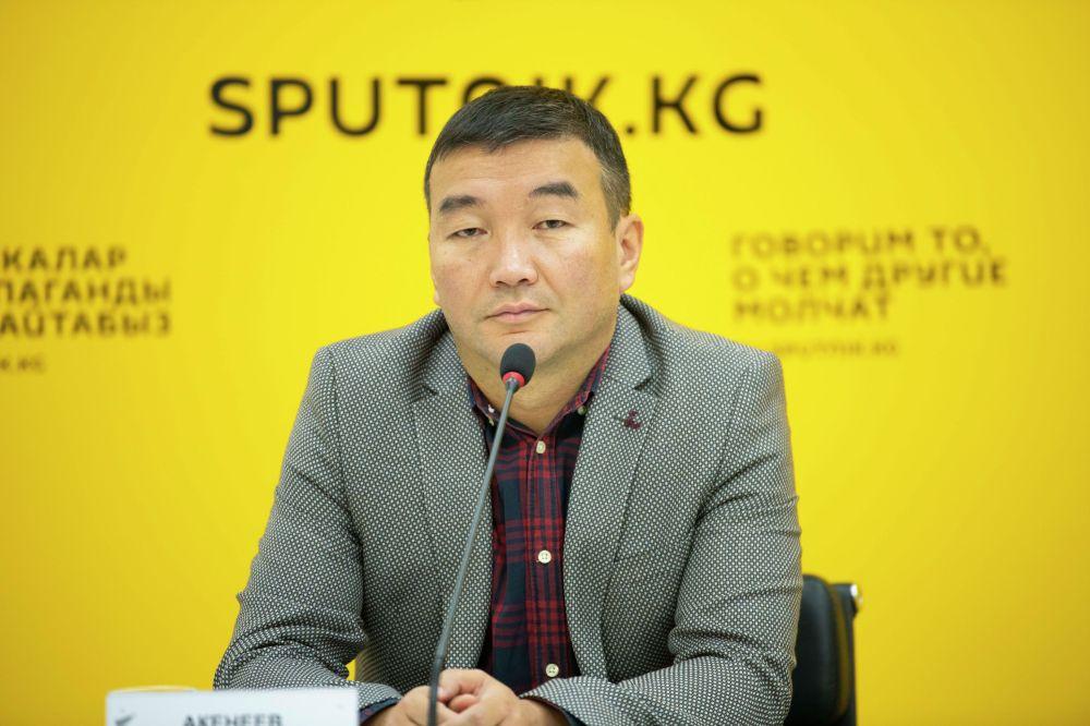 Экономист Азамат Акенеев на брифинге в пресс-центре Sputnik Кыргызстан