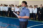 Сотрудник милиции во время лекции старшеклассникам Бишкека после трагедии в Перми