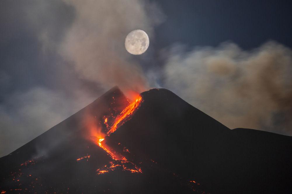 Работа Луна над юго-восточным кратером вулкана Этна итальянского фотографа Дарио Джаннобиле заняла второе место в категории Небесный пейзаж